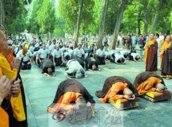 250余名美国弟子拜谒少林寺 跪拜释永信