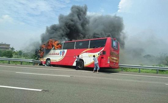 台湾客车失火 24名大陆游客遇难 最大73岁最小12岁