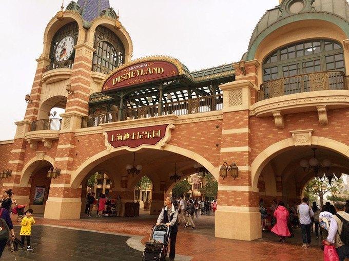 门票仅200元还能走员工通道,上海迪士尼乐园黄牛降价揽客