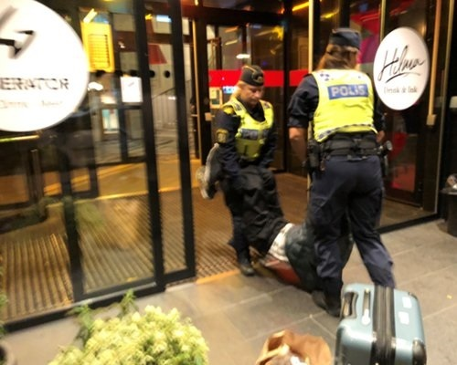 """""""瑞典警察粗暴执法""""or中国游客故意""""碰瓷"""",出境游正当权益能否捍卫?"""
