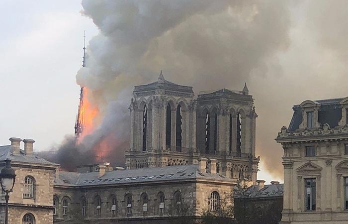 巴黎圣母院突遭大火塔尖坍塌,初步排除人为纵火